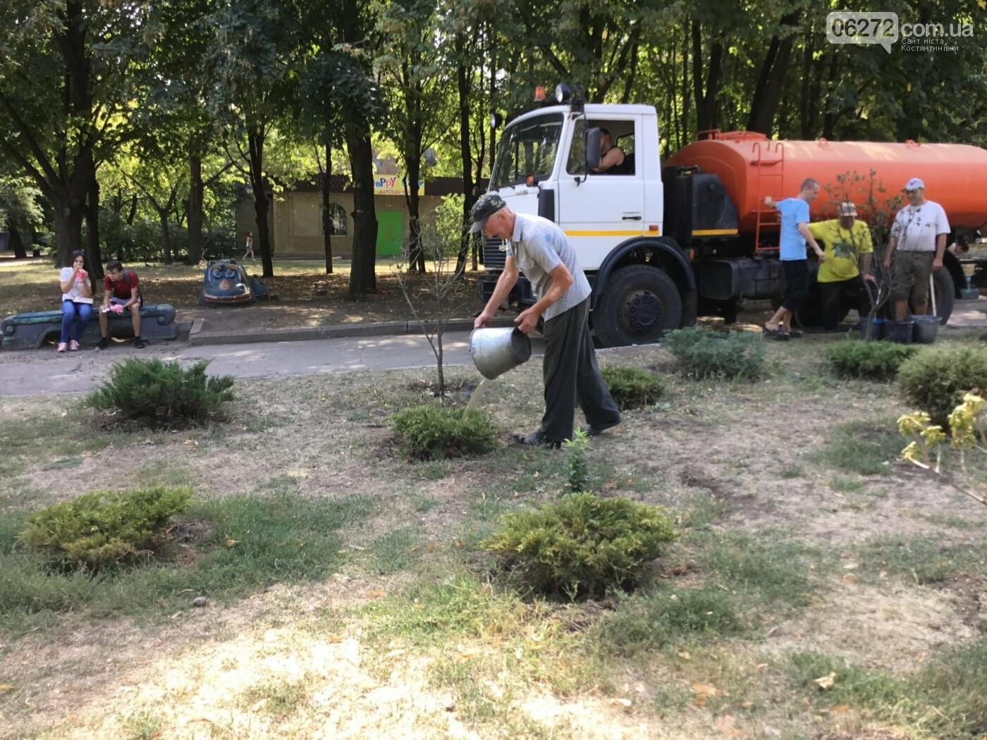 В Константиновском сквере спасали растения от жары, фото-2