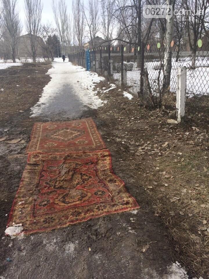В Константиновке вместо асфальта кладут ковровые дорожки (фотофакт), фото-1
