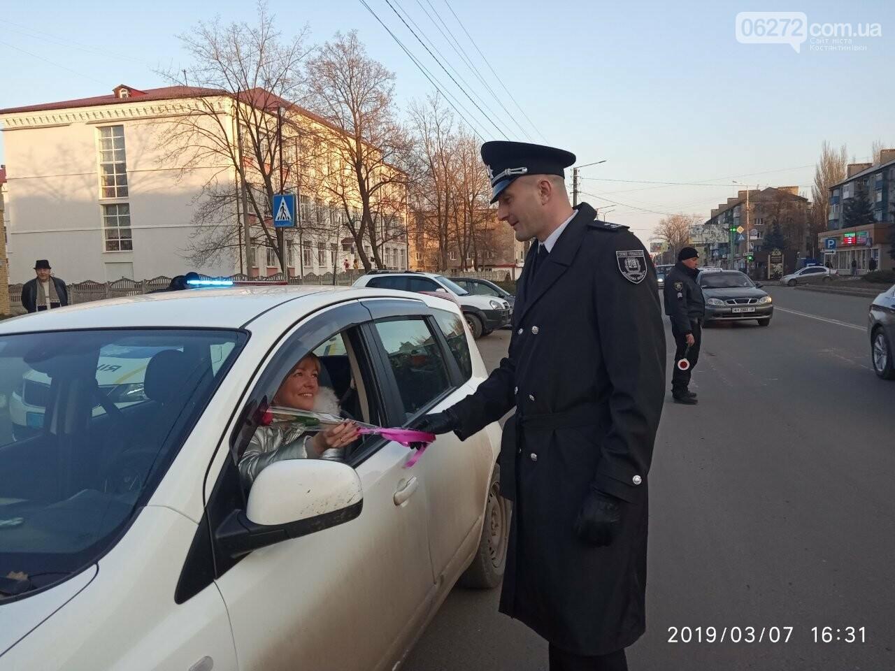 Начальник дорожньої поліції вітав жінок Костянтинівки зі святом (фотофакт), фото-1