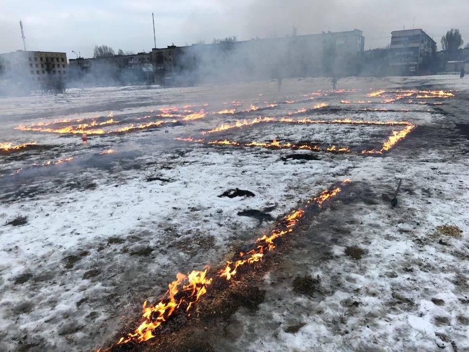 """В Донецькій області палаючим надписом вшанували пам'ять """"Небесної сотні"""", фото-1"""