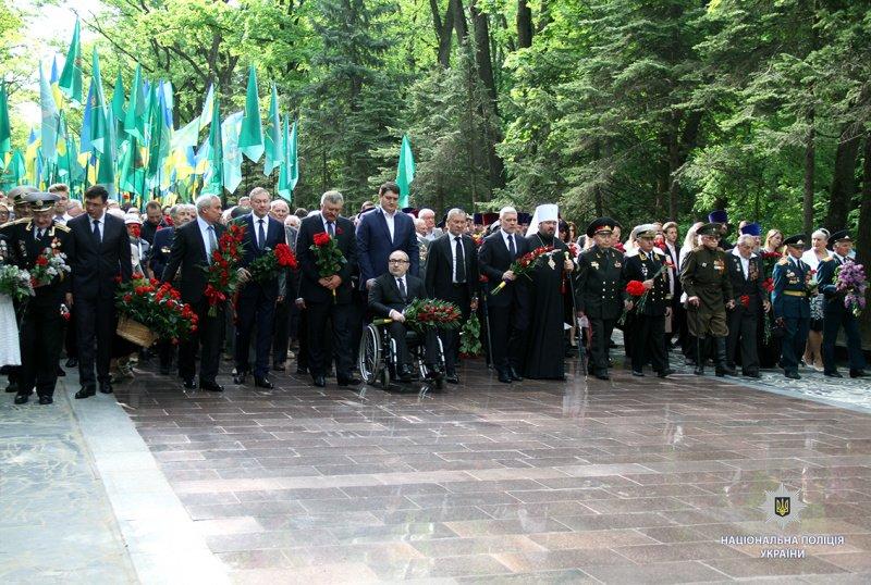 Бессмертный полк, запрещенная символика и ружье. Как прошло 9 мая в Украине, фото-4