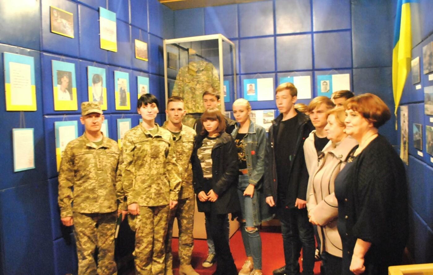 Школярі Костянтинівки відвідали фотовиставку «Ніхто, крім нас», фото-2