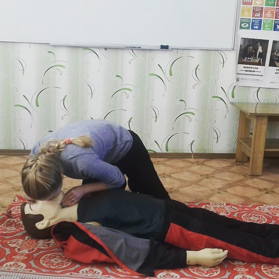 У Костянтинівській школі №16 учні відпрацьовували серцево-легеневу реанімацію на тренажері «Максим», фото-1