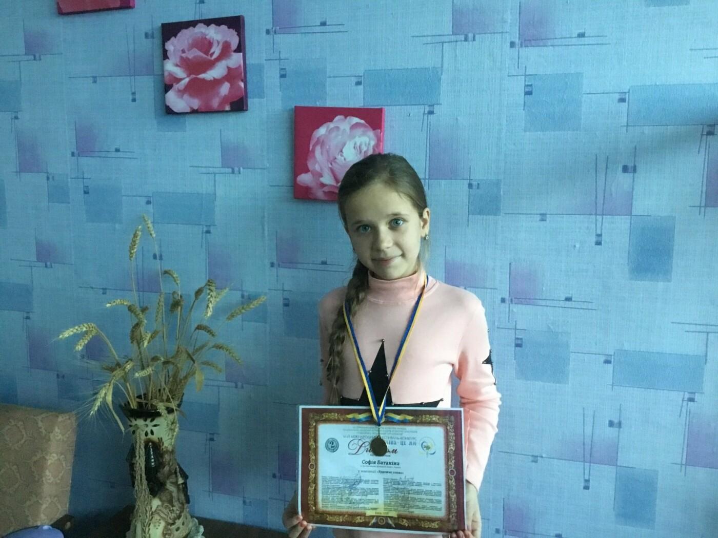 Софія Батаніна із Костянтинівки додому привезла  медаль з Міжнародного конкурсу «Україна – це ми», фото-3
