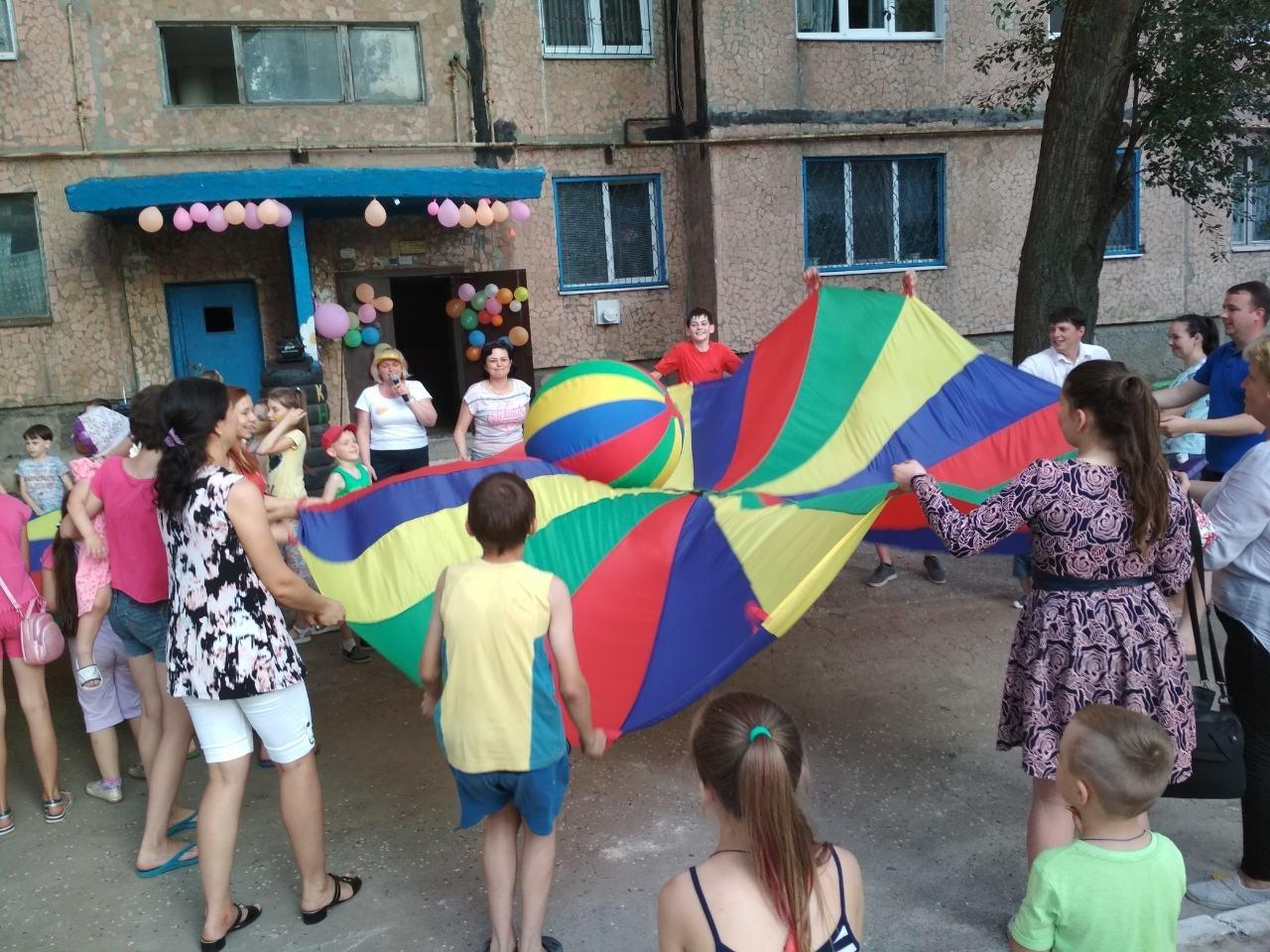 В Константиновке родители микрорайона на Безнощенко устроили праздник для детей, фото-3
