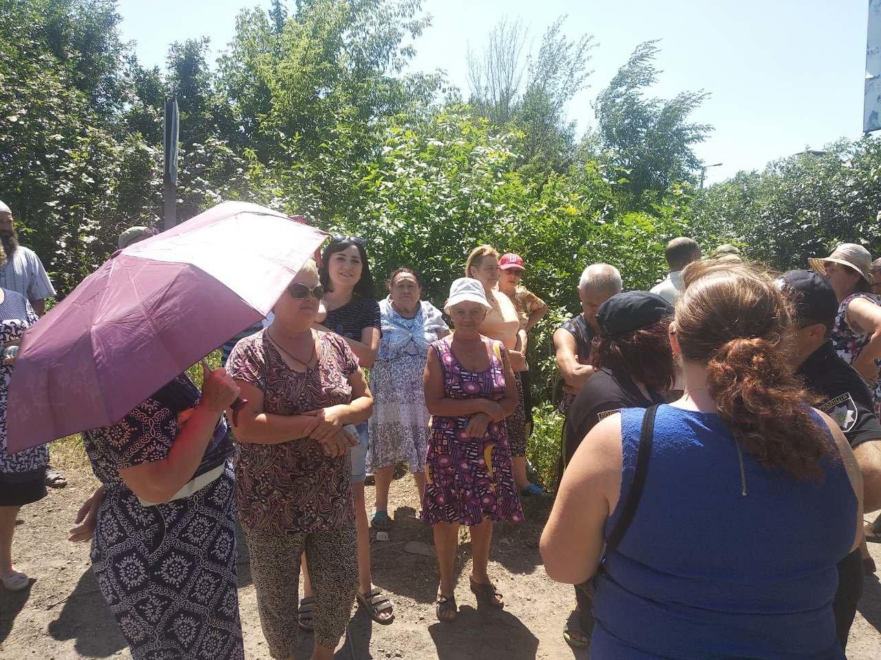 Жители Константиновки перекрыли трассу Бахмут-Покровск. Требуют возобновить водоснабжение, фото-1