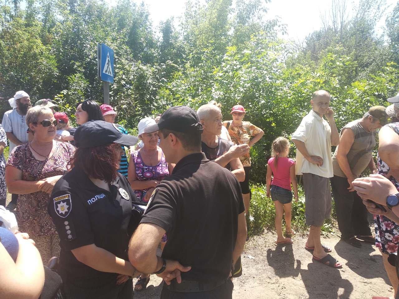 Жители Константиновки перекрыли трассу Бахмут-Покровск. Требуют возобновить водоснабжение, фото-2